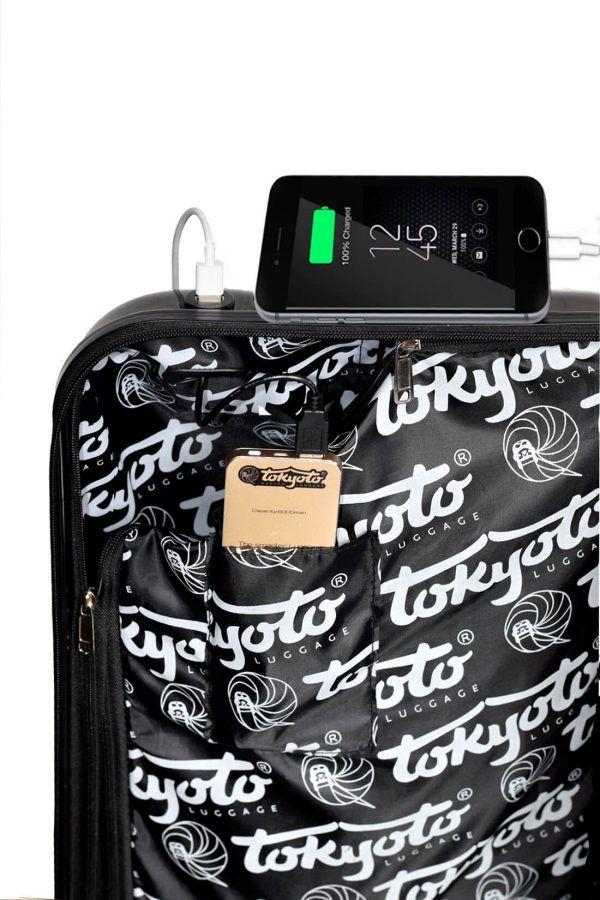 Interno della valigia con caricatore